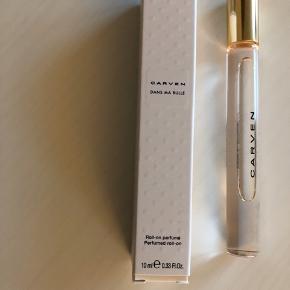 Carven edp 10 ml. Rollerball parfume. Der er brugt et par enkelte rul af den, så den er stort set ubrugt.   60,- + fragt. Sender gerne med Dao.  Bytter ikke.  Kan hentes i Odense.