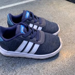Adidias letvægts sko. Brugt begrænset og begrænset med slid