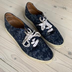 Kurt Geiger London herresko i str. 44.   Flotte blå velholdte sko med hvide snørrebånd og såler.   Jeg sender med DAO gennem trendsales.   Har du spørgsmål eller ønsker flere billeder, så tøv ikke med at sende en besked.