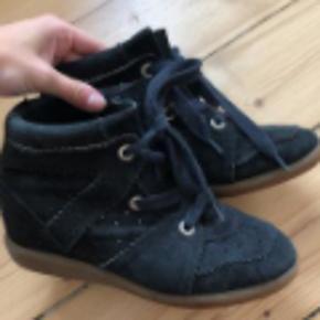 Skoen er som ny udenpå, dog med mindre tegn på slid indvendigt.