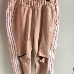 Lækre lette bukser fra Adidas, med hul ved knæerne