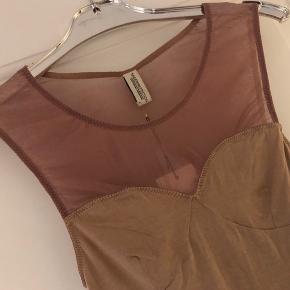 Super lækker blød body model Naomi Body med net øverst - har aldrig været brugt   Farve nude