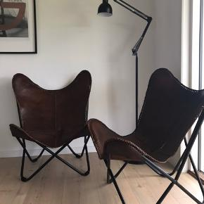 Bahne Interior Butterfly stol i læder, brun med sort sprayet ben. (Den ene af stolene har lidt slid i sædet)  Mål: H: 88 cm. B: 75 cm. D: 72 cm.  Pris Per styk 400kr Pris for begge 700kr  (Den ene af stolene har lidt slid i sædet)