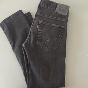 Levi's jeans i mørkegrå 551 slim fit. Size 16 svarede til xs/s. Kort model