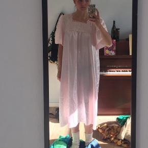 Fed vintage / retro kjole. Har dsv aldrig fået den brug. Passer S-L alt efter hvordan den skal sidde..:)