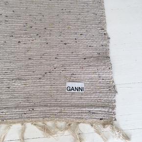 Smukkeste Ganni gulvtæppe fra deres Ganni Kiosk pop up shop under modeugen. Tæppet er lavet af stofrester 🌸 - gav selv 600 Kr.  Mål: 150x71  Sælges da det desværre blev for stort til min gang.   OBS// bud under 600 kr. er ikke godtaget//