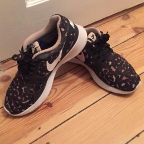 Nike sko, str. 38, til kvinder   Brugte - men ikke nedtrådt, og er i god stand   Kan afhentes i Valby/sendes  Handel kontant eller via mobilepay