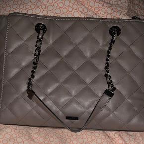 Super lækker taske fra Aldo kan bruges som håndtaske og kan tages på skulderen. Brugt 2-3 gange og fejler intet. Sælges absolut kun da jeg har forelsket mig i en anden taske. Sender gerne for købers regning. Nypris er ca 6-700. Tænker 300 for den eller byd