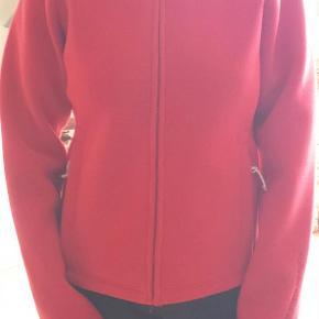 Varetype: trøje/jakke Farve: Rød Oprindelig købspris: 800 kr.  Fejlkøb God overgangs jakke til damer :)