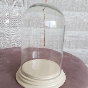 *Prisen er 35 kroner afhentet.  Glas kuppel med beige bund i keramik. Jeg har haft lagt en lyskæde ind i den, som en slags lampe - mega pænt og hyggeligt! Måler ca. 21cm i højden og kuplen har en diameter på 12cm og bunden på 15cm.  🌸 SÅDAN HANDLER JEG 🌸  💙 BETALING VIA MOBILE PAY 💙 💚 Varen går til først betalende. 💛 Bytter/refunderer ikke/tager ikke varer retur. 🏠Hentes på Amager, tæt på Bella Center. 📮eller sendes på købers regning med Dao/Gls med mindre andet er aftalt. 📸 jeg sender altid billede af pakken samt forsendelses oplysninger.  VED AFHENTNING: Udlevering af vejnavn når du er på vej. Resten af adr. får du, når du er her. Bliver tit brændt af - på forhånd tak for forståelsen!🏡  Slået op flere steder.   * Ønskes en TS handel kommer der TS gebyr oveni prisen.