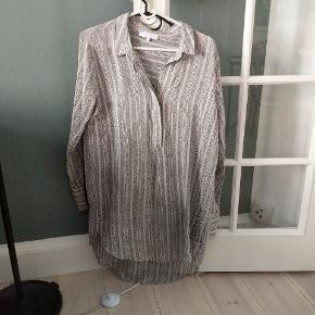 Den lækreste og letteste skjorte/tunika/kaftan. Kan desværre ikke se materialer, da mærket er klippet af. Men meget lækker i kvaliteten, og føles som om det er en silkeblanding. Jeg er selv str S og har brugt den som oversize.