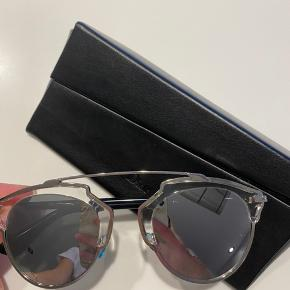 """Dior solbriller i modellen """"so real"""" i helt sølv. Er super fede og er brugt meget lidt, derfor Ingen brugstegn. Kvitteringen har jeg desværre ikke, da jeg fik dem i gave, men det originale etui medfølger, samt Diors mærker, som viser, at solbrillerne er ægte. Modtager kun seriøse bud:))"""