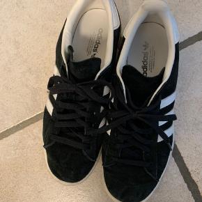 Rigtig gode russkind sneakers fra Adidas. Brugt meget få gange (som også kan ses på sålene).