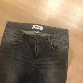 Ivy jeans str. 27 med masser af stræk og slid under knæene.  Nypris 800 Kr.  Bytter ikke