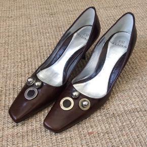 Skoene har været brugt en enkelt gang. De er i ægte skind og med læder sål. Desværre med en lille farveforskel på metal ringen på den ene sko. Prisen er sat derefter. Ny pris på skoene 1499,-.