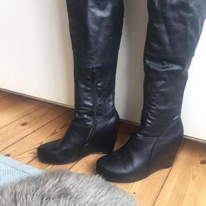 Laaaaaange wedges Suuuuuper nemme at gå i 🎯  Ikke læder men pæne med lidt slid (se billede)  Højde uden plateau 6,5 cm- så de virker ikke   Kant kan bukkes ned da den er blød og nemt at arrangere