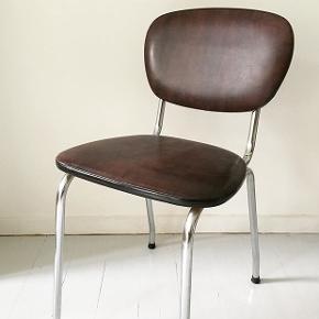 Der er 2 af disse fine retro Dinerstole i krom beklædt med kunstigt cognacfarvet  læder. Den ene stol er polstret den anden er ikke. De koster 225 pr stk.