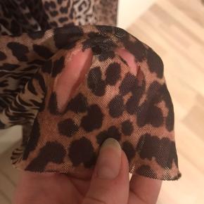 Den smukke Tilde maxi dress fra Ganni. Kjolen har desværre fået et hul bagpå (se billede) det kan nemt syes og bliver godt camoufleret i mønstret. Prisen er derefter.