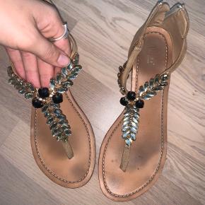 Sælger mine elskede sandaler. Disse er i super fin stand. De ser dog lidt slidte ud, da bunden hurtigt blive farvet af foden. Har selv købt slidssål som er monteret under sandalen.