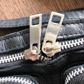 - fin nunoo taske i modellen Stine washed læder  - brugt få gange, meget velholdt og har fået læderbehandling samt imprægnering  Måler 14 x 23 cm   - Priserne er faste  - mængderabat kan gives ved køb af flere ting :)   - skriv hvis i mangler mere information
