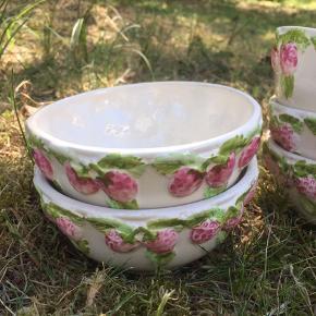 Verdens fineste antikke skåle med jordbær detaljer i lyserød og grøn 💚💗🍓 5 stk. 40kr stykket! Alle 5 for 160kr! SE OGSÅ DEN FINE MATCHENDE KANDE PÅ I MIN SHOP