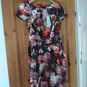 Smuk kjole. Aldrig brugt. Desværre købt for lille. UK 10 Husk at tjekke resten af mine annoncer. Rydder godt ud.