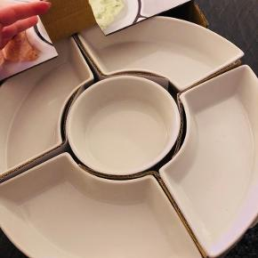 Snacksæt fra Nordic Sense  5 stk skåle i hvid porcelæn 1 stk bambuskarrussel - 31 cm  De 5 skåle kan tåle at komme i ovnen, mikroovn og maskinopvask.   Har aldrig været brugt og er i original emballage.