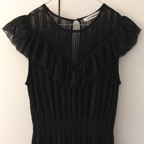 Lang sort-glimmer kjole  Str. M - aldrig brugt ✨ Hentes på Nørrebro eller sendes. Byd gerne ✨