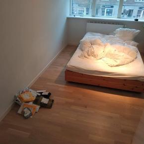 Udgået unika IKEA seng. Japansk inspireret med skuffer under. I god stand.   Sælges grundet flytning og gerne hurtigst muligt. Kom med et bud :)  2oo * 14o cm (ydre mål, Madrassen kan være lidt mindre som billedet viser)
