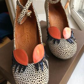 Helt fantastiske heels fra Chie Mihara, håndlavede og helt fantastiske at gå i.  De har den flotteste detalje med øjenvipper og kan Spice ethvert outfit up! De er brugt omkring 5 gange og har stort set ingen forbrugsspor.  Prisen er ikke fast, så byd gerne:)