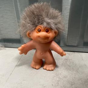 Sød lille trold med hår af pels.