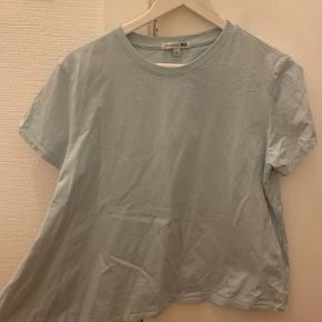 T shirt med asymmetri - collab mellem Uniqlo og J Wanderson