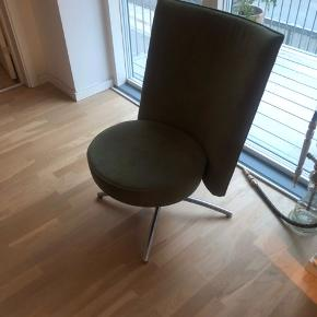 To lænestole . Fremstår som nye. Oliven farve. Køb samlet eller hver for sig. Pris pr. Stk 750kr BYD gerne.