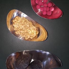 3 stk. Leaf Skåle i blankt stål.  Designet af Helle Damkjær.  Meget søde til anretning og snacks.  Lidt små-ridser. men meget fine.  Sælges fordi vi ikke vil bruge dem mere. Lille H 7, B 16,5, L 9 cm. Mellem H 9, B 18,5, L 11 cm. Stor H 10,3, B 23, L 12,5 cm.  Kom med et bud!