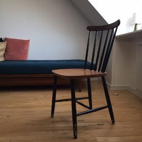 Spisebord og stole til afhentning pga flytning.  Stolene er købt brugt og kunne på sigt godt bruge lidt trælim