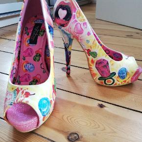 Super fede flerfarvede sko med slik på. Aldrig brugt! De er ca. 13-15 cm høje og i str. 38. Nypris 700 kr. Byd gerne, men seriøst bud (da de aldrig er brugt) 😊 (jeg sender også gerne flere billeder)