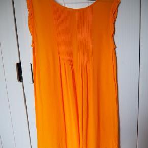 Jeg kan ikke huske mærket, men kjolen kostede omkring 500 fra ny.  Køber betaler porto. Kan også afhentes i Århus ved aftale.
