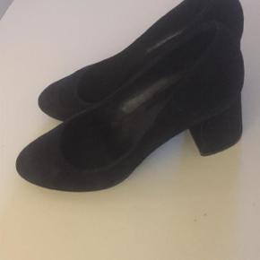 Str. 39.5 Flotte og enkle sko fra Billi Bi. De har været brugt ganske få gange og fremstår i superflot stand. Jeg kan naturligvis sende flere billeder