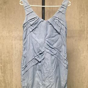 Kort kjole med fine draperede detaljer og lynlås bagpå. Str. 36. Brugt én gang - så i perfekt stand, men trænger dog til en strygning/dampning. (Shell: 100% cotton. Lining: 100%)