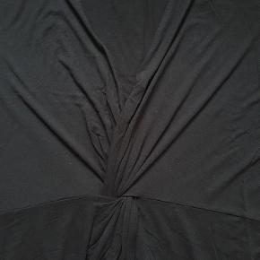 Oversize sort Jersey kjole. Den måler 140 om brystet, 156 om rumpen og den er 117 lang. Str. 50