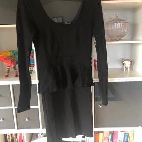 Tætsiddende kjole fra Envii. Snor i nakken kan tages ud. 100kr ex Porto.
