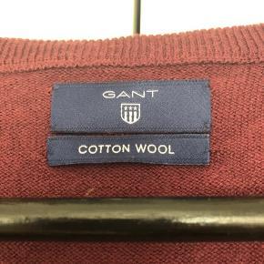 Klassisk V-Neck fra GANT i uld-bomuldsblanding. Lidt 'uld-fnulder' under armene, ellers ingen brugsspor.