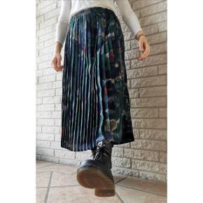 Vintage uld nederdel produceret i Tyskland. Fits: 36-40. Nederdelen er i perfekt stand, og matcher en sweater, strik eller skjorte.