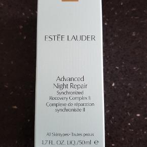 """Ny og ubrugt serum fra Estee lauder. 50ml.  Om produktet: Estée Lauder Advanced Night Repair er den unikke og ikoniske serum som er elsket verden over. Estée Lauder har udviklet en eksklusiv formel kaldet Exclusive ChronoluxCB™ Teknologi, som reparerer synligheden af skader i huden, forebygger hudskader, udjævner linier og giver huden en flot ensartet overflade. Advanced Night Repair beskytter mod miljømæssige påvirkninger, og går i dybden og giver masser af fugt. Det er testet og bevist at dette serum markant reducerer synligheden af alle de centrale tegn på ældning. Dette serum er forbedret løbende gennem årene efter den blev skabt tilbage i 1982, derfor trods at den kaldes """"Advanced Night Repair"""", så kan den sagtens bruges både morgen og aften. Så slut dig til de millioner af kvinder verden over, som sværger til dette produkt, og som har gjort det år efter år. Du vil vågne op til en smukkere hud hver dag.  Prisen er fast."""