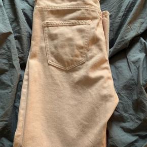 Jeans i Rosa, de er lidt mørkere end på billedet. Str.26