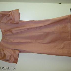 """Ubrugt kort kjole fra Vila, rosafarve, korte """"puff"""" ærmer, lynlås i siden (28 cm) , åben ryg. Mat: 93 % bomuld / 7 % elastane. se foto  kort kjole Farve: Rosa Oprindelig købspris: 400 kr."""