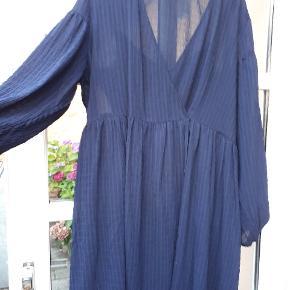 Samsøe-Samsøe kjole , med slå-om effekt og lommer.  Stoffet er fint og tyndt og der medfølger underkjole i samme farve.  Kjolen er str.small, men svarer bedre til medium/large  Kjolen er købt i forsommeren og aldrig brugt.Kvitteting haves.Nypris : 800 kr
