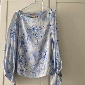 Bluse aldrig brugt, fejler intet.  100% silke