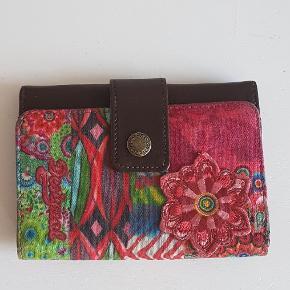 Smuk pung fra Desigual aldrig brugt den er 11 cm høj og 15 cm bred.den har 10 rum 2 med lynlås
