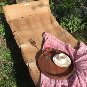 Skøn, gammel harmonikaseng til haven eller terrassen.  L: 190 cm - kan foldes sammen, når den ikke er i brug.  Fremstår patineret. 850kr Kan leveres til Århus/Odense/Kbh mod forudbetaling.